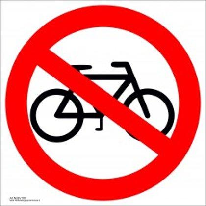 """Draudžiamasis saugos ženklas """"Draudžiama važiuoti dviračiu""""."""